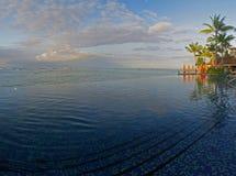 Piscina del infinito sobre el océano de Hawaii panorámico Fotografía de archivo libre de regalías