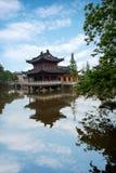 Piscina del lanzamiento del templo de Zhenjiang Jiashan Dinghui Foto de archivo libre de regalías
