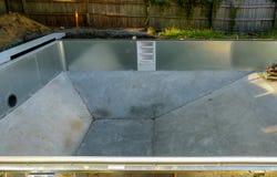 Piscina del metal de la instalación en la tierra en el patio trasero de la casa fotografía de archivo