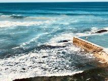 Piscina del océano con el machacamiento de ondas imagen de archivo