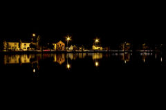 Piscina del pueblo en la noche Fotos de archivo