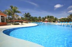Piscina del ricorso dell'hotel della spiaggia Fotografia Stock Libera da Diritti