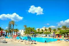 Piscina dell'hotel di località di soggiorno in Nabeul La Tunisia, Nord Africa immagine stock libera da diritti