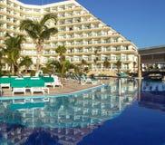 Piscina dell'hotel di ricorso di lusso fotografie stock libere da diritti
