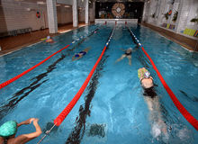 Piscina dell'interno pubblica interna, salute che migliora nuoto Fotografie Stock