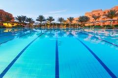 Piscina della località di soggiorno tropicale in Hurghada alla notte Immagine Stock