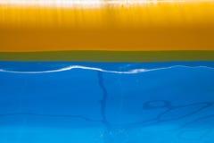 Piscina di plastica con acqua blu fotografie stock