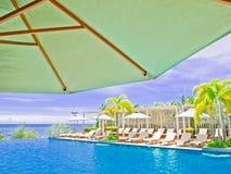 Piscina di un hotel vicino alla spiaggia di Pattaya fotografie stock libere da diritti