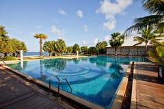 Piscina di un hotel vicino alla spiaggia di Pattaya fotografia stock libera da diritti