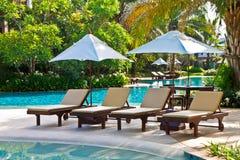 Piscina di un hotel vicino alla spiaggia di Pattaya immagini stock libere da diritti