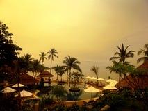 Piscina di vista del mare, chaise-lounge del sole accanto al giardino e pagoda Immagini Stock