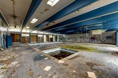Piscina disgustosa - hotel abbandonato Immagine Stock Libera da Diritti