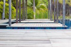 Piscina do close up com escada e a plataforma de madeira, perspectiva vi Fotografia de Stock Royalty Free