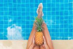 Piscina do fruto do abacaxi da mulher tropical Fotos de Stock Royalty Free