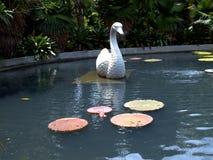 Piscina do parque de Singapura com esculturas e folhas imagem de stock royalty free