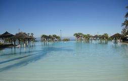 Piscina do recurso do hotel da praia Imagens de Stock
