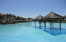 Piscina do recurso do hotel da praia Imagem de Stock Royalty Free