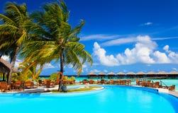 Piscina do recurso e barra tropicais do café perto da praia Fotos de Stock Royalty Free