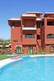 Piscina e bloco de apartamentos no urbanisation espanhol das férias Fotografia de Stock