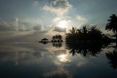 Piscina e céu bonitos do por do sol Reflexão tropical luxuoso da paisagem e da água da praia fotos de stock royalty free