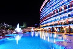 A piscina e a construção do hotel de luxo fotos de stock