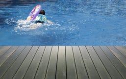 Piscina e fundos de madeira da plataforma Imagem de Stock Royalty Free
