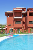 Piscina e palazzina di appartamenti su urbanizzazione spagnola di vacanza fotografia stock
