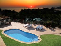 Piscina e por do sol Imagem de Stock Royalty Free