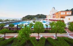 Piscina e spiaggia dell'albergo di lusso Scriva il complesso a macchina di spettacolo Amara Dolce Vita Luxury Hotel ricorso Tekir immagini stock libere da diritti