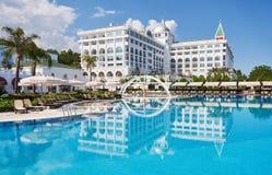 Piscina e spiaggia dell'albergo di lusso Scriva il complesso a macchina di spettacolo Amara Dolce Vita Luxury Hotel ricorso Tekir fotografie stock