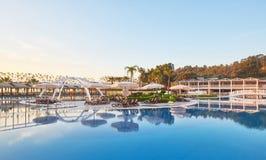 Piscina e spiaggia dell'albergo di lusso Scriva il complesso a macchina di spettacolo Amara Dolce Vita Luxury Hotel ricorso Tekir fotografia stock libera da diritti