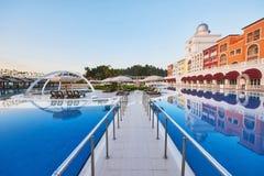 Piscina e spiaggia dell'albergo di lusso Scriva il complesso a macchina di spettacolo Amara Dolce Vita Luxury Hotel ricorso Tekir fotografie stock libere da diritti