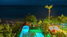 Piscina, el mar en la noche en Bali metrajes