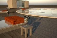 Piscina elegante con los deckchairs en luz de la puesta del sol Foto de archivo