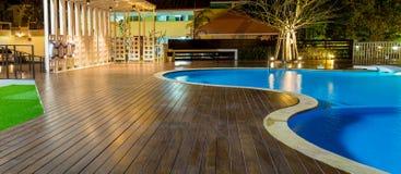 Piscina em um recurso das caraíbas, tropical luxuoso na noite, tempo do alvorecer fotografia de stock royalty free