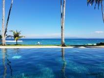 Piscina en Bali, Indonesia del infinito Imagen de archivo libre de regalías