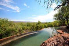 Piscina en casa de campo de lujo del safari Foto de archivo libre de regalías