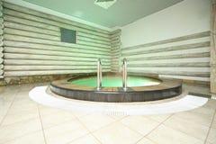 Piscina en centro de la sauna en el waterpark Caribia Fotografía de archivo