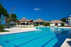 Piscina en centro turístico tropical Imágenes de archivo libres de regalías