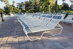 Piscina en el balneario, sillas de cubierta en Foto de archivo libre de regalías