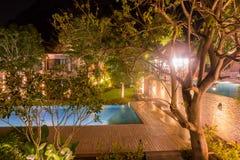 Piscina en el centro turístico de Tailandia en la noche fotografía de archivo libre de regalías