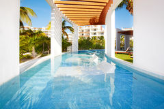 Piscina en el centro turístico del Caribe. Foto de archivo libre de regalías