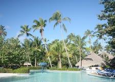 Piscina en el centro turístico tropical Fotografía de archivo libre de regalías