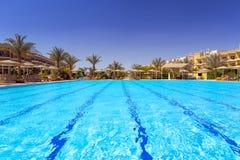 Piscina en el centro turístico tropical en Hurghada Foto de archivo libre de regalías