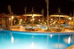 Piscina en el hotel o el centro turístico Fotografía de archivo libre de regalías