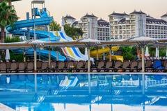Piscina en el hotel turístico mediterráneo del verano en Turquía Fotografía de archivo libre de regalías
