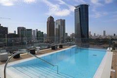 Piscina en el tejado de un rascacielos Fotografía de archivo libre de regalías