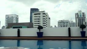Piscina en el tejado del condominio en Bangkok, Tailandia 3840x2160 almacen de video