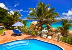 Piscina en hotel en la playa tropical, Seychelles imágenes de archivo libres de regalías