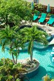 Piscina en hotel en la playa tropical, Tailandia Foto de archivo